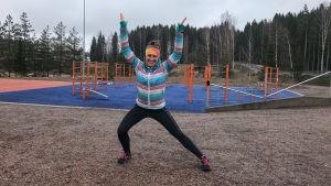Kvinna poserar atletiskt