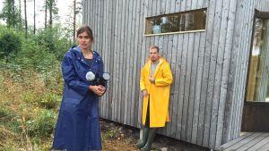 Jussi Virta och regissör Anna-Karin vid Jussis Micro cabin, mini stuga