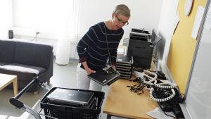 Klasslärare Kerstin Aspelin samlar ihop datorer inför fyrornas mattelektion i Mattlidens skola.