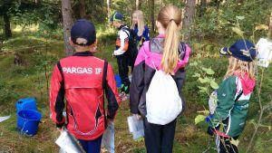 Barn som deltar i orienteringsläger.