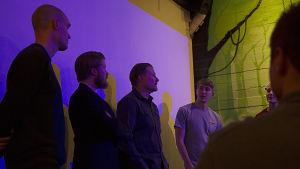 Kimmon näyttelijät ja ohjaaja seisovat lavalla.