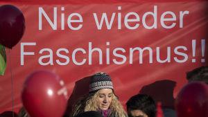 Motdemonstranter samlades i Koblenz centrum där de uppmanade till motstånd mot farliga, fascistiska idéer