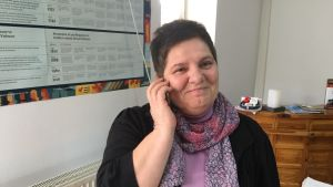 Flora Macula, chef för UN Women Kosovo, talar i telefon på sitt kontor