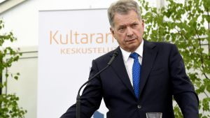 President Sauli Niinistö står bakom ett podium.