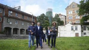 Regionen Leningrads guvernör Aleksandr Drozdenko och bloggaren Ilja Varlamov.