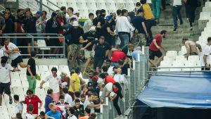 Engelska fans flyr undan ryska huliganer.