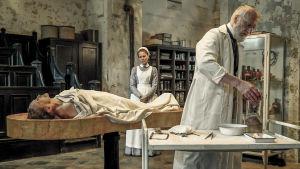 Ida Lenze (Alicia von Rittberg) ja Rudolf Virchow (Ernst Stötzner) sarjassa Charité