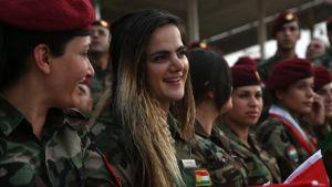 Kurdiska peshmergakrigare deltar i demonstration till stöd för kurdisk självständighet i norra Irak.