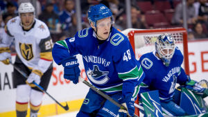 Olli Juolevi på isen för Vancouver.