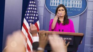 Sarah Huckabee Sanders håller presskonferens.