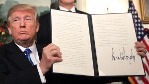 Donald Trump visar upp den deklaration där han erkänner Jerusalem som Israels huvudstad
