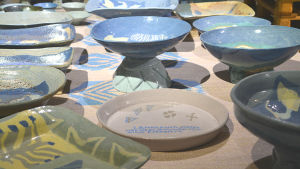 Keramik av Elina Sorainen med haikudikt av maken Kai Nieminen