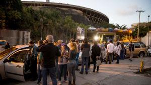 En grupp anhöriga stod och väntade på frigivningen utanför den nationella underrättelsetjänstens högkvarter i Caracas på lördag kväll.