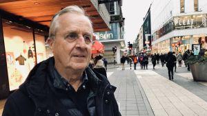 Porträttbild på stockholmaren Lars Eklöf med Drottninggatan i bakgrunden.