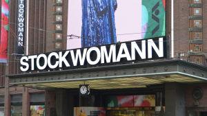 Stockmannin kylttiin muutettu tavaratalon nimi Stockwomanniksi