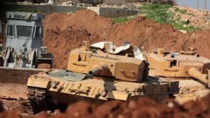 Turkiska stridsvagnar stöder syriska rebeller som har trängt in i Afrin