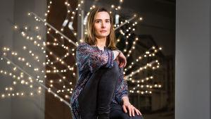 Jenny Jägerhorn-Tabermann istuu tuolilla.