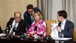 Tapani Tölli, Annika Lapintie och Wille Rydman på grundlagsutskottets presskonferens i riksdagen.