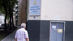 En av de moskéer som stängs misstänks ha kopplingar till den radikala, ultranationalistiska turkiska rörelsen de Grå vargarna