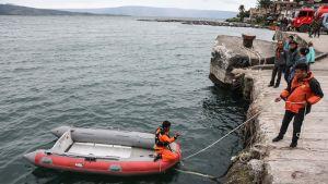 Hårda vindar och höga vågor har försvårat räddningsarbetet på världens största vulkansjö
