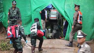 Thailändsk räddningspersonal förbereder räddningsinsats av grottpojkarna.