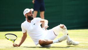 Den franska tennisspelaren Benoit Paire faller omkull på tennisplanen.
