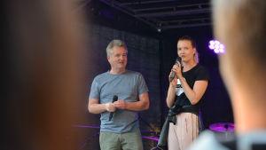 Karin Eklund blir intervjuad under konstens natt i Åbo.