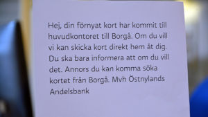 Lapp med text från Östnylands Andelsbank.