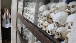 Kvarlevorna efter offer för Khmer Rouge våld finns uppradade i Folkmordscentret utanför Phnom Phen.