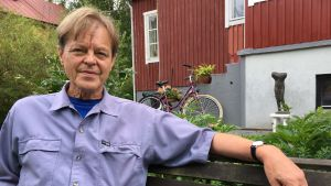 Claes Olsson framför sitt hus i Kottby