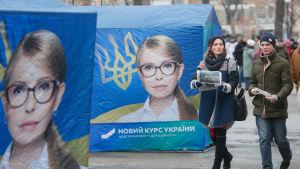 Personer går förbi Julija Tymosjenkos kampanjtält i Kiev.