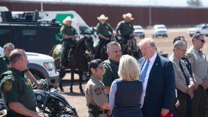 Trump och Nielsen vid gränsen mot Mexiko, välkomstceremoni med bland annat ridande gränsbevakare.