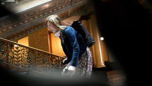 Li Andersson går upp för en trappa på Ständerhuset.