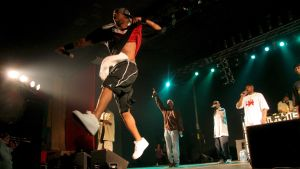Wu-Tang Clan i aktion på scen.
