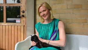 Författaren Johanna Holmström med katten Pirkko-Irmeli