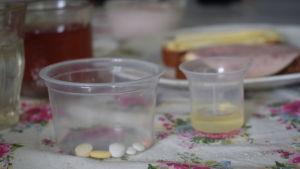En burk med olika färgers piller i en burk.