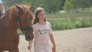 Ada Aaltonen leder en häst.