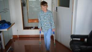 Pojke går med kryckor.