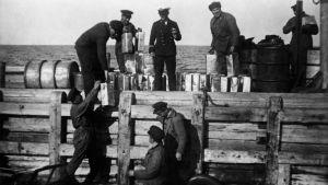 Spritkanistrar som myndigheterna omhändertagit ska fraktas till Helsingfors. Åren 1919-1929.