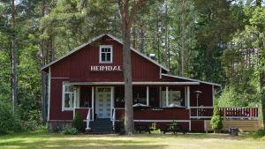 Heimdal är en gammal rödmyllad ungdomsgård med vita knutar.