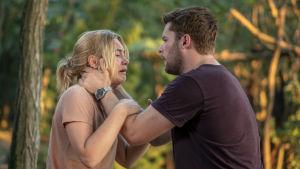 Dani (Florence Pugh) gråter och Christian (Jack Reynor) försöker hålla om henne.