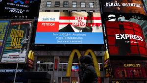 Stora reklamtavlor på Times Square, bland annat kampanj mot Trump