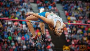 Ella Junnila flyger över ribban