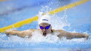 Laura Lahtinen simmar fjäril.