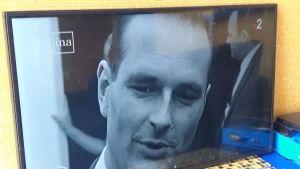 En TV-sändning visar en ung Jaques Chirac.