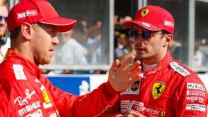 Sebastian Vettel och Charles Leclerc talar med varandra.