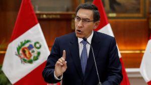 President Martin Vizcarra gestikulerar medan han gör ett framträdande i en talarstol.