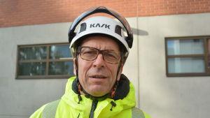 Risto Hovi, vd på BillerudKorsnäs Finland. Iklädd skyddskläder och en vit hjälm.