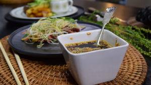 En skål med ponzu på ett bord