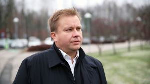 Antti Kaikkonen står vid park och ser snett in i kameran.